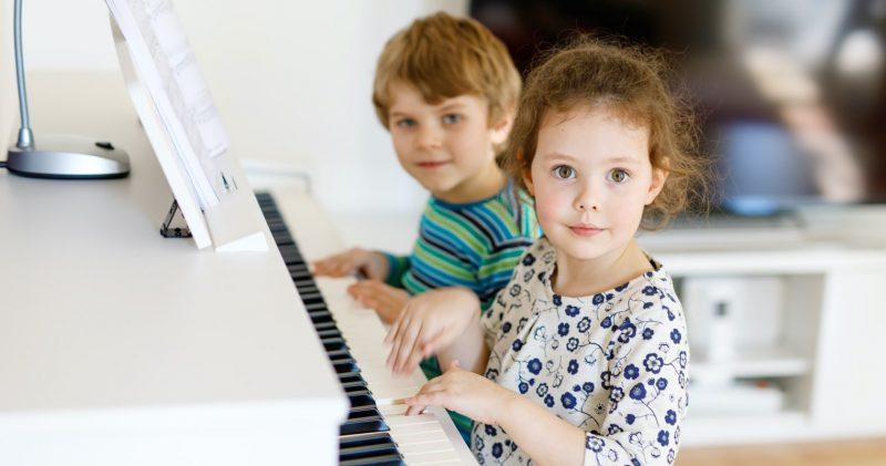 Barn som spelar på piano