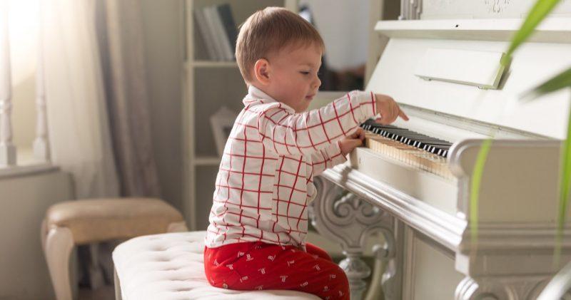 Litet barn som spelar piano