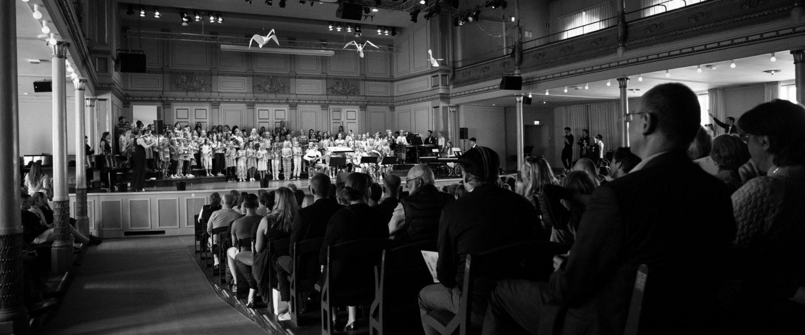 Konsert med publik i svartvitt