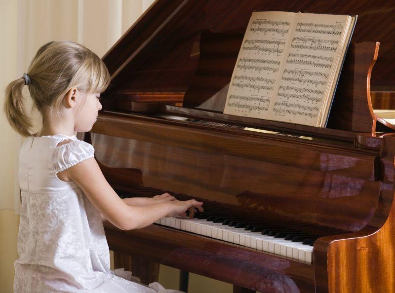 Ett barn som spelar piano