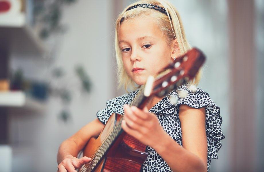 Barn som spelar gitarr