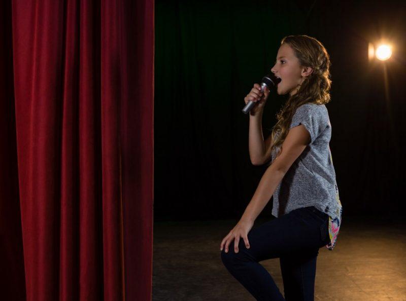 Barn som sjunger med mikrofon